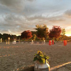 Reitplatz bei Sonnenuntergang